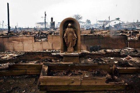 Imagem de Nossa Senhora intacta após o furacão Sandy nos EUA.