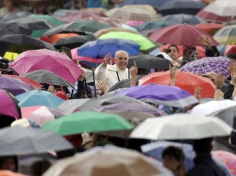 Multidão enfrenta chuva para ouvir e ver o Papa
