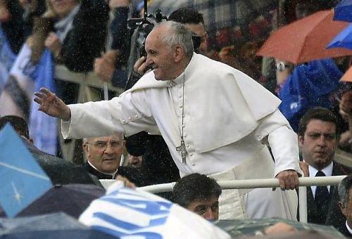 Papa toma chuva enquanto cumprimenta os fiéis