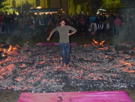 Jovem corre sobre brasas de fogueira de São João em Charqueada (Foto: Araripe Castilho/G1)