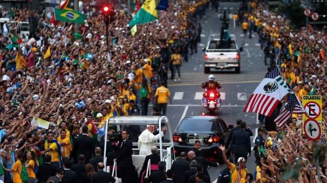 Multidão saúda o Papa no  Rio de Janeiro. Lindo.
