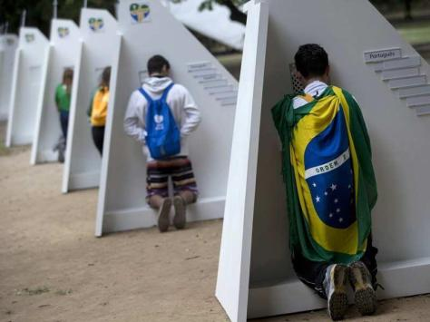 Jovens se confessam na Quinta da Boa Vista, Rio de Janeiro, durante a JMJ 2013