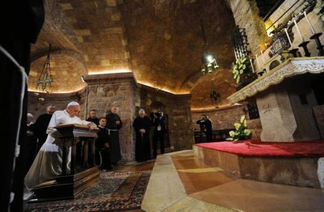 Papa diante do túmulo de São Francisco de Assis