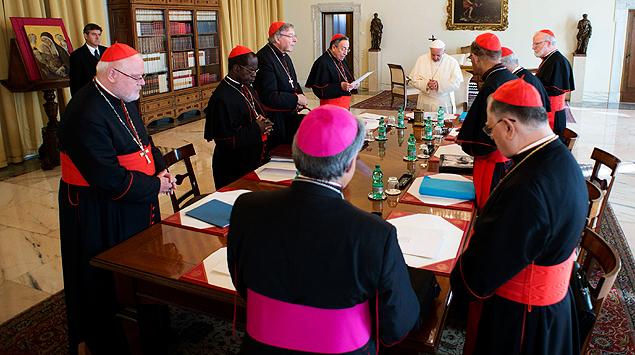 O papa Francisco se reúne a portas fechadas com cardeais que o aconselharão em reforma da Cúria Católica, desde terça, no Vaticano