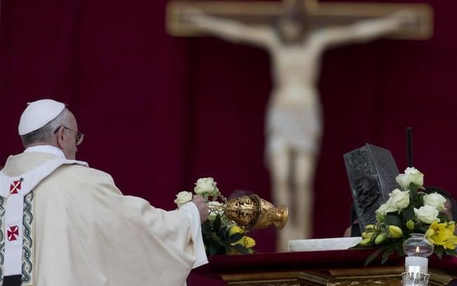 Papa abençoa as relíquias de São Pedro durante a missa de encerramento do Ano da Fé