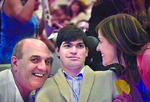 Nicolás com os seus pais. Foto: Jornal Argentino Clarín