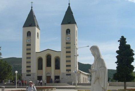 Imagem da Rainha da Paz e a Igreja de Medjugorje. Foto: Ante Perkovic