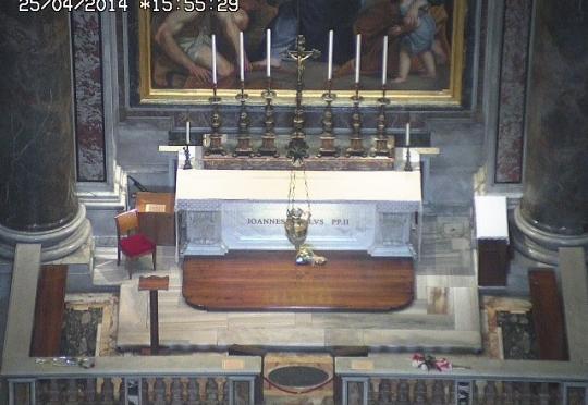 Próximo ao dia da canonização de João Paulo II vejamos seu túmulo ao vivo