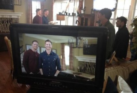 David e Jason Benham na gravação da propaganda do Flip it Forward. Foto: Twitter / @DavidDBenham