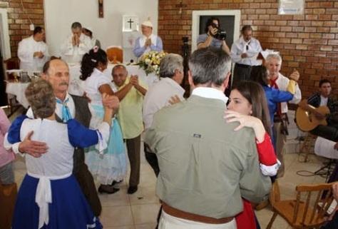 Missa Gaucha com o rito da paz nada adequado às normas da Igreja