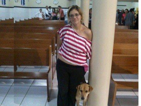 Mulher dá comunhão para cachorro e ainda possa para foto
