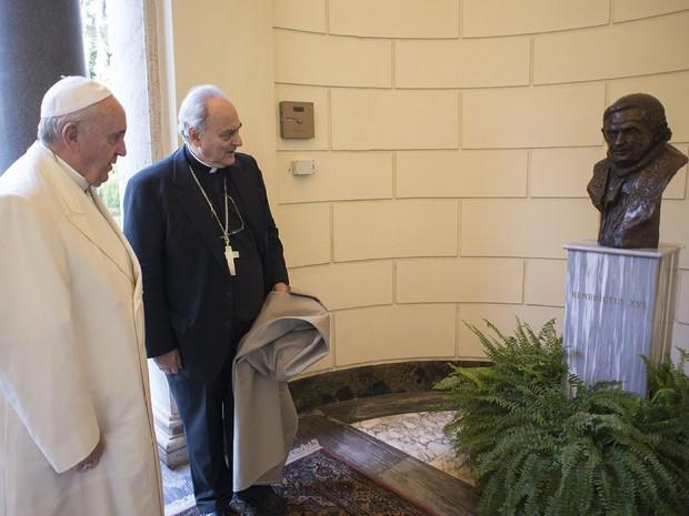 Papa Francisco fez declarações sobre a ciência durante inauguração de busto em homenagem ao Papa Emérito Bento XVI (Foto: Osservatore Romano/Reuters)