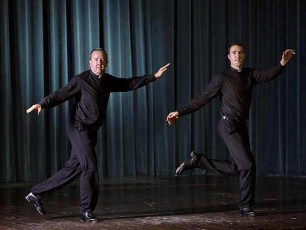 Os padres David Riter (esquerda) e John Gibson dançam no Colégio Pontifico Norte Americano, em Roma, em foto de 13 de outubro (Foto: AP Photo/Domenico Stinellis)