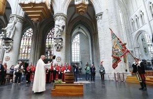 Padre abençoa barril de cerveja em Bruxelas