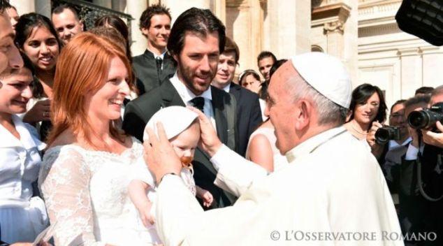 Papa Francisco cumprimenta uma família na Praça São Pedro (Foto L'Osservatore Romano)