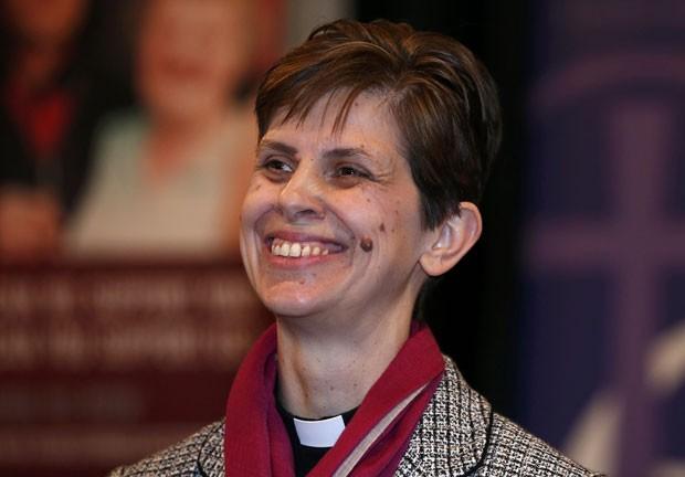 A pastora Libby Lane sorri ao ser nomeada a primeira mulher a ocupar o cargo de bispo na Igreja Anglicana nesta quarta-feira (17) (Foto: Phil Noble/Reuters)