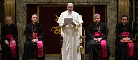 Enquanto o Papa Francisco discursa alguns cardeais demonstram tristeza pela bronca. Foto: Andreas Solaro / AP
