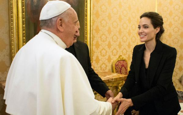 A atriz não segue nenhuma religião, mas diz ter afeto pelo Papa Francisco