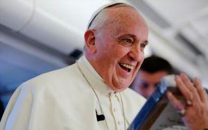 Papa Francisco recebe com emoção presente de jornalista francesa. Foto Alan Holdren / ACI Prensa