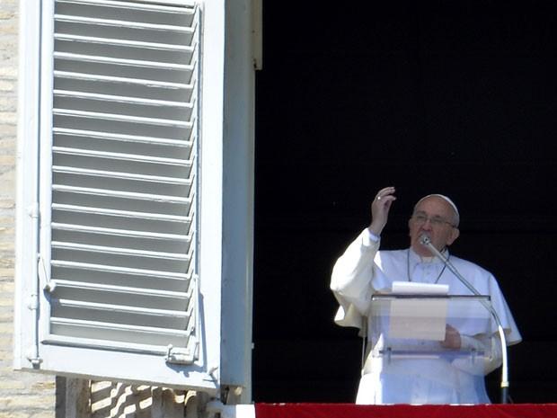 O papa Francisco fala aos fiéis da Praça São Pedro, no Vaticano, durante o Ângelus (Foto: Andreas Solaro/AFP)