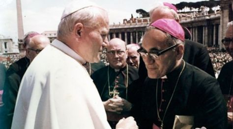 Dois santos da era moderna da Igreja juntos: São João Paulo II e Dom Óscar Romero, que será beatificado neste domingo.