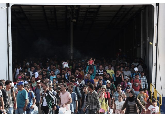 Milhares de refugiados das guerras e da fome chegam diariamente à Europa. Duas paróquias do Vaticanos acolherão famílias de refugiados - AP