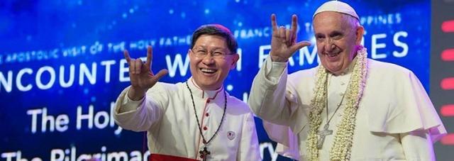 Francisco fazendo o símbolo do amor em sua visita no ano passado nas Filipinas.